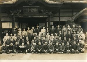 1953年3月28日。紫雲寺での敬老会。前二列目、左から6人目。